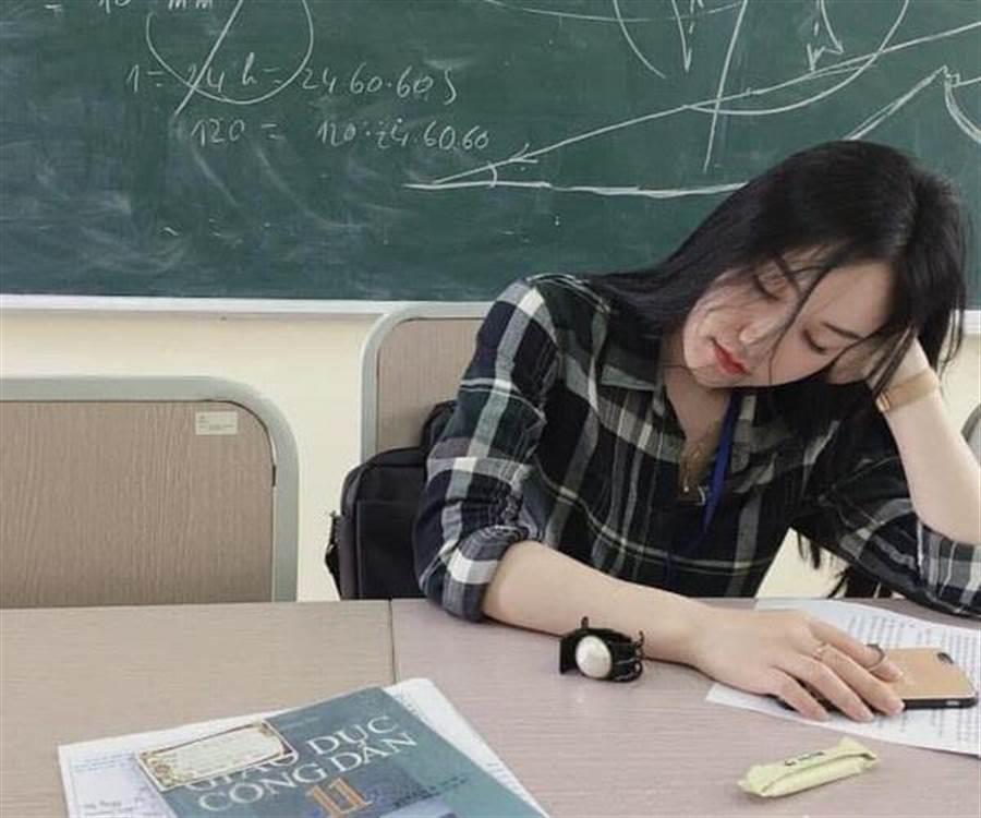 數學老師太犯規!清純偷拍照瘋傳 網友暴動了(圖/翻攝自《SOHA》)