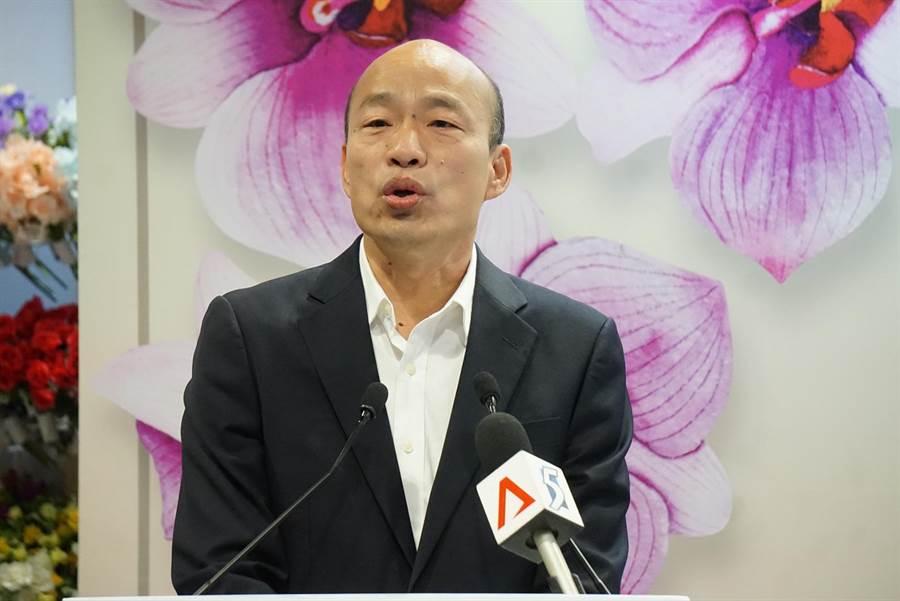 高雄市長韓國瑜出訪星馬為農民搶訂單,圖為韓國瑜今在新加坡與貿易商簽約記者會。(柯宗緯攝)