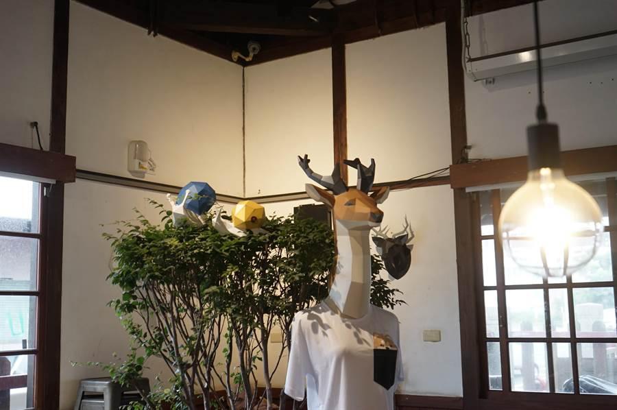 林得文的作品大部分以「動物」為主題,透過肢體動作揣摩動物神韻,搭配展出空間氛圍,少了藝術品的距離感,營造成「紙模動物園」。(張祈攝)