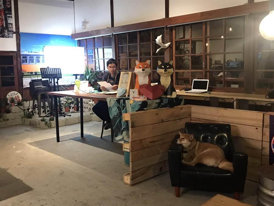 林得文即日起在花蓮鐵道文化園區二館柴犬主題咖啡店「斗。宅商社」展出「鐵貳職人聚落─紙模職人個展」,並以行動工作室模式,在店內創作。(張祈攝)