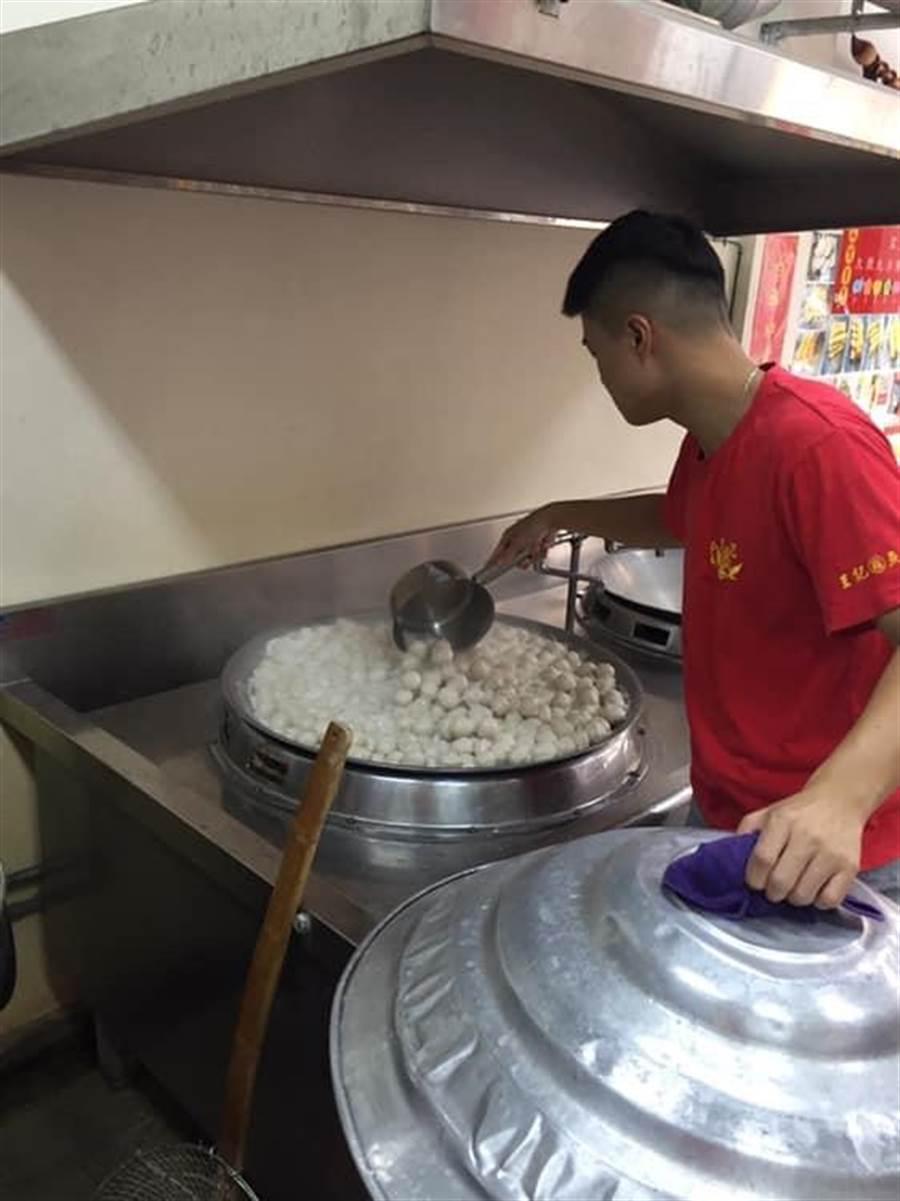 王建鑫傳承父親手工魚丸好滋味,建立品牌「王記鑫魚丸」,目前培育第三代傳人接手,並積極拓展銷路。(店家提供)