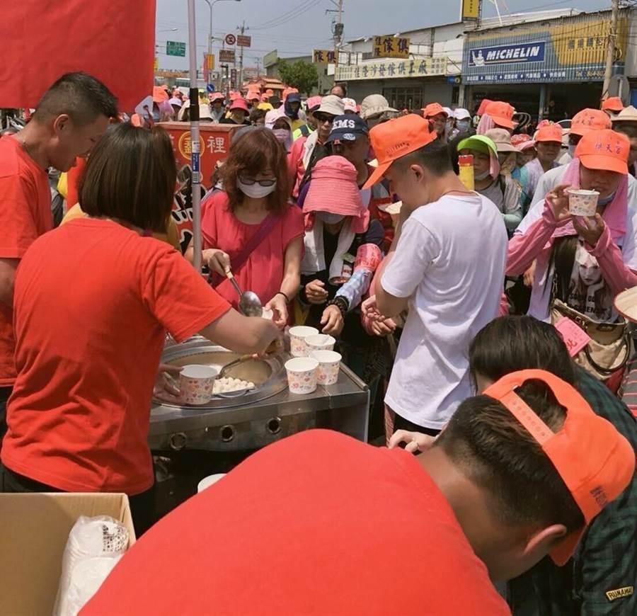 王記鑫魚丸年年參與白沙屯媽祖進香回鑾,免費提供熱呼呼魚丸湯讓進香民眾享用。(店家提供)
