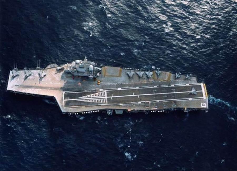法國「戴高樂」號航母2018年的檔案照。(法國海軍官網)