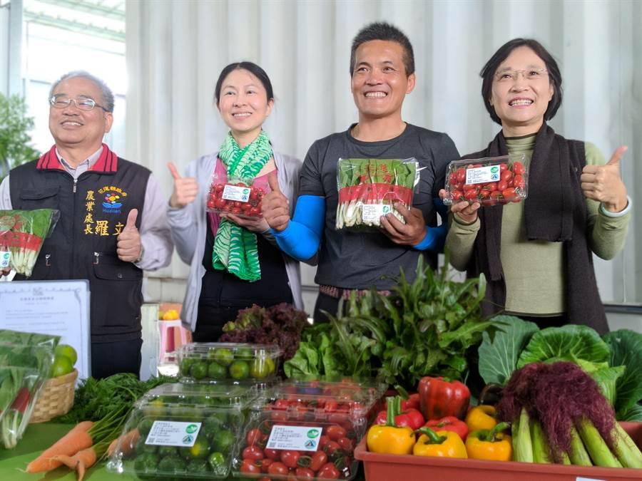 農糧署與縣府協助青農拓展有機蔬菜通路,讓在地蔬果供應學童免費營養午餐。(許家寧攝)