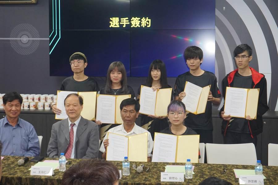 遠東科大與國內企業蜂鳥電競公司簽約,由校內學生組成遠大鷹職業電競隊,代表台灣參加大陸每年舉辦的CMEL電競聯賽,產學合作替學生開拓電競產業出路。(李其樺攝)