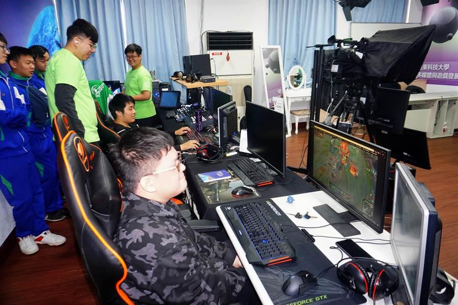 遠東科大多媒體與遊戲發展管理系擁有優良的電競教室和電競設備,培育校內學生成為電競選手。(李其樺攝)