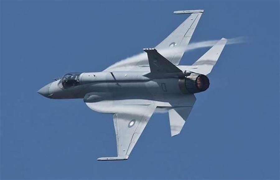 中巴合作製造的梟龍戰機是輕型多用途戰機,適合於近程快速攔截。(圖/巴基斯坦空軍)