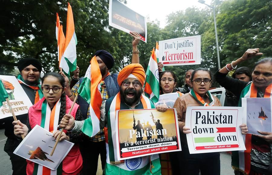 印度民眾上街慶賀對巴基斯坦空襲成功。(圖/路透)
