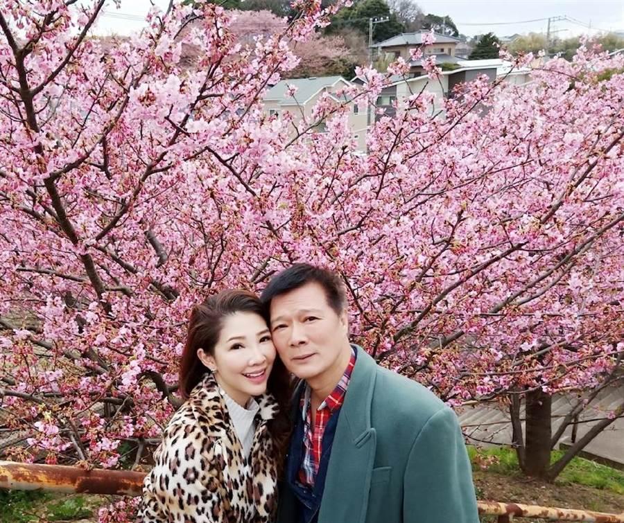 林書煒和蔡詩萍幸運遇到櫻花開。(林書煒提供)