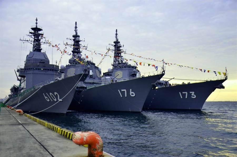 2015年日本海上自衛隊閱艦式上,展出多艘主力戰艦。圖為金剛(DDG-173)、鳥海(DDG-176)導彈驅逐艦,與飛鳥(ASE-6102)試驗艦。(圖/日本海上自衛隊)