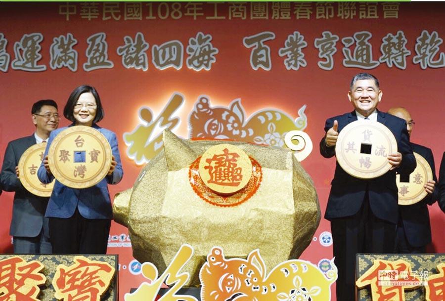 蔡英文總統(左)偕同工業協進會理事長蔡圖晉(右)與全體工商團體共同為台灣祈福。圖/簡立宗