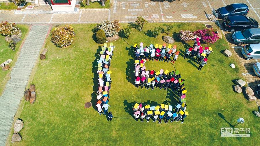 彰中單科滿級分多達230人,學子希望總體表現能被看到,鼓舞並帶動在地學弟妹,集合排出單科滿級分15+的字樣,學弟們歡呼。(吳敏菁攝)