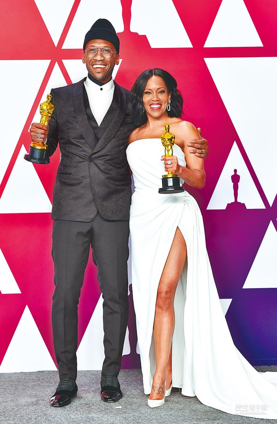 男女配角馬赫夏拉阿里(左)與蕾吉娜金恩,正好都是非裔演員。(法新社)