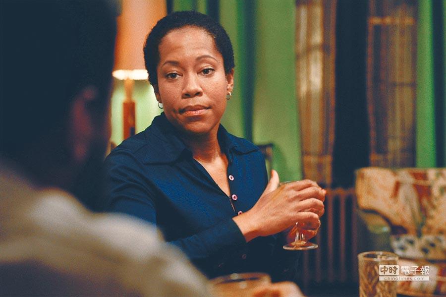 蕾吉娜金恩在《藍色比爾街的沈默》飾演溫柔又強悍的母親。