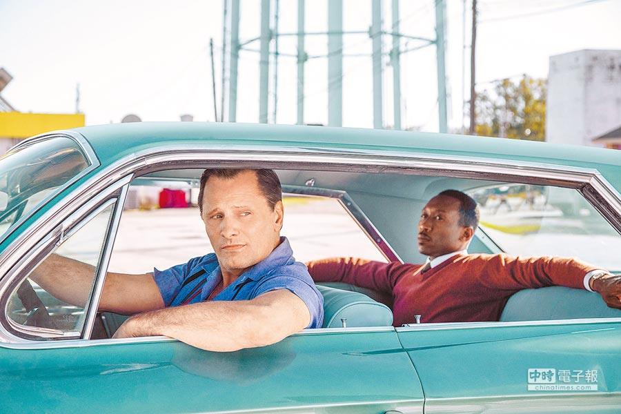 維果莫天森(左)在《幸福綠皮書》飾演馬赫夏拉阿里的司機。