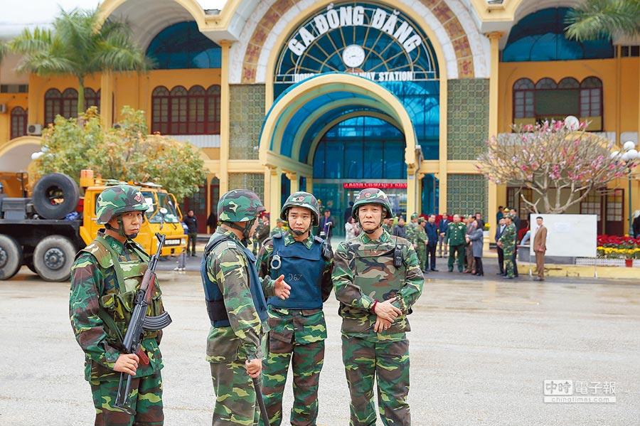 金正恩的專列火車預計26日抵達越南同登火車站。越南當局已鋪上紅地毯與鮮花準備迎接,荷槍的士兵25日在車站前站崗。(美聯社)