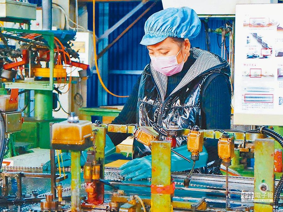 一位河北台商的自行車零件廠內,員工在作業。(本報系資料照片)