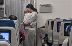 帶4個月兒搭機憂擾人 智慧媽一招讓200名乘客服了