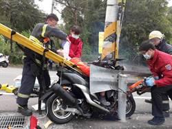 過彎不慎自撞電桿   騎士卡隙縫重傷昏迷