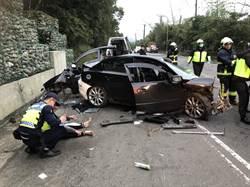 貢寮轎車自撞護欄幾乎全毀   1命危3傷
