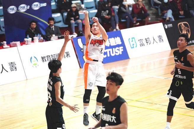 國體楊盛硯(中)在八強賽對健行科大一戰投進超大號三分球。(資料照/大專體總提供)