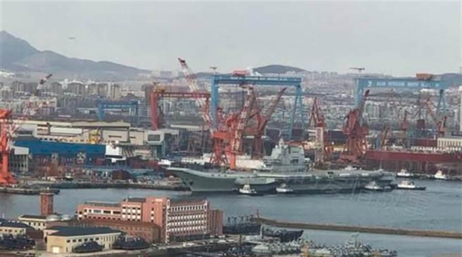 解放軍首艘自製航母002艦2018年12月準備出航的畫面。(網路)