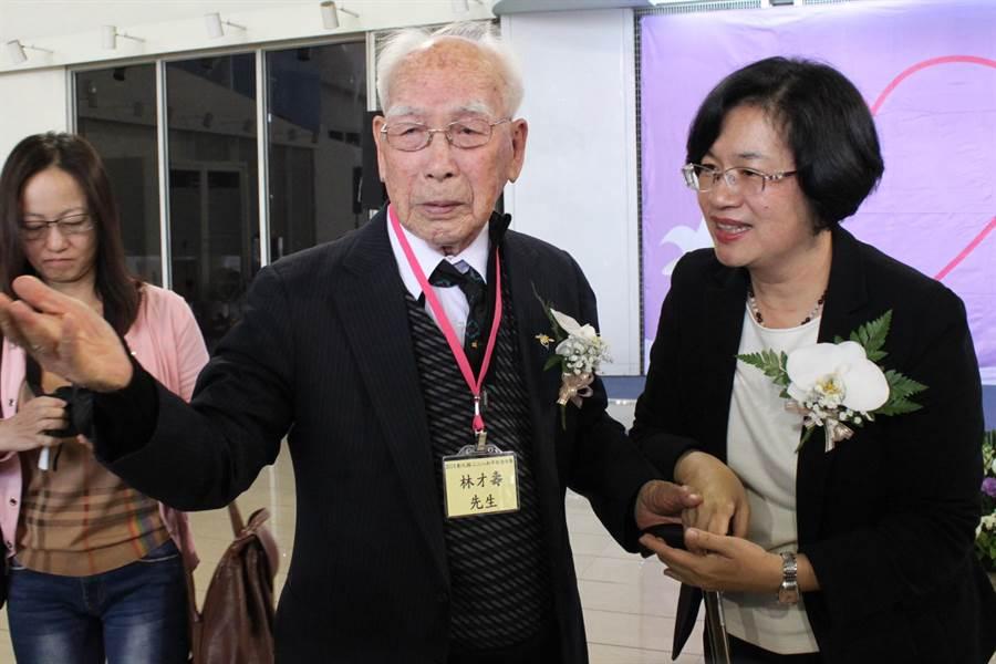 94歲受難者林才壽提出最後、最後心願,代表受難者家屬向縣長懇求,彰化要有二二八紀念建築物,縣長王縣王惠美扶他入座。(吳敏菁攝)