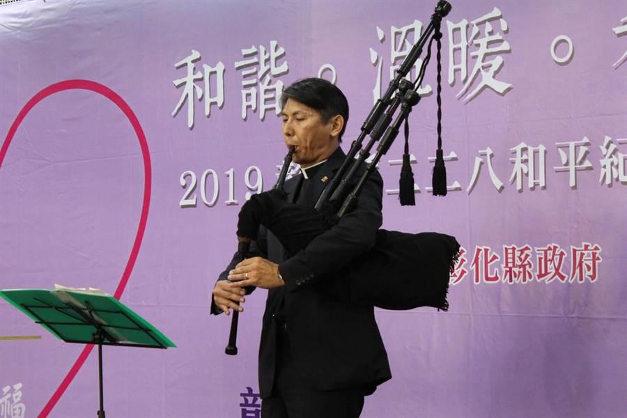 蘭大衛紀念教會牧師葉景安吹奏蘇格蘭風笛,帶領現場一起默默禱告。(吳敏菁攝)