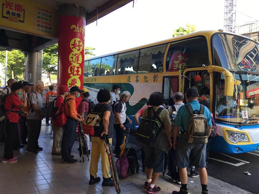 228連續假期,於2月27日起至3月3日,所有國道客運與臺鐵及高鐵10小時內轉乘在地客運也可享有基本里程或1段票免費的優惠。(吳敏菁翻攝)