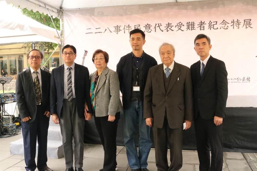 台北二二八紀念館舉辦特展,文化局長蔡宗雄(右三)出席開幕記者會。(李依璇攝)