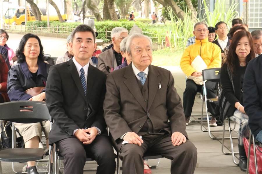 二二八受難者家屬代表徐世雄(圖右)致詞時批評,台北市長柯文哲上個月用強盜警察說比喻美中台關係不妥。(李依璇攝)