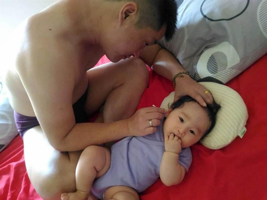 醫師提醒,幼兒耳朵皮膚細嫩,不建議父母自己清理耳屎。(許家寧攝)