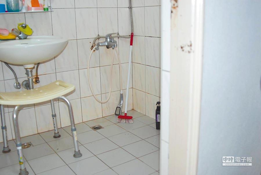 戚姓媳婦將公公拉進浴室沖冷水。(士林地檢署提供)