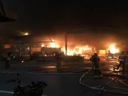 影》疑似縱火!南市清晨大火 整座賣場與菜市場全燒毀