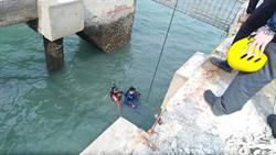 連同工作架落海 台中碼頭工人生死難料