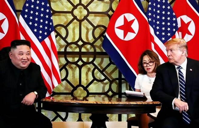 美國總統川普、北韓最高領導人金正恩台灣時間今天上午10點開始正式會談,預計下午3點5分簽署《河内宣言》,兩人都談到預期此次會談成果會非常好。圖為首腦會談開始前接受媒體短暫採訪(圖/路透社)