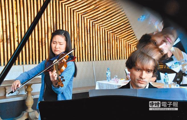 利卡夢梅之宴音樂祭,邀請到日本小提琴天后庄司莎矢香(左),與俄羅斯鋼琴家拉什科夫斯基(右)合奏,兩人抵台後已展開練習。(莊哲權攝)