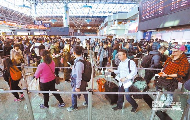 桃園機場第二航廈出境人潮。(本報系資料照片)