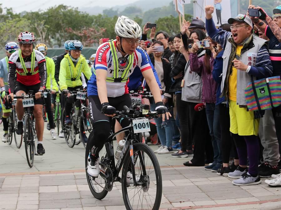 台北市長柯文哲(中)28日參加「一日北高」自行車挑戰活動,將分段騎乘關渡到新竹、台南到高雄二路段,中間則會趕回台北出席228中樞紀念儀式;柯文哲穿著印有國旗及國旗配色的車衣準備出發,一旁的支持者熱情為他加油打氣。(黃世麒攝)