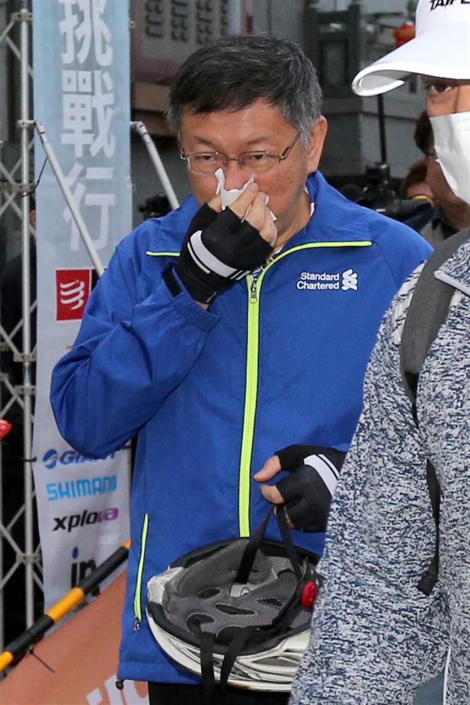 台北市長柯文哲28日參加「一日北高」自行車挑戰活動,現身會場時一度擤鼻涕、打噴嚏;由於他剛從以色列參訪返國,休息不到12小時旋即參加活動,也讓外界關注其身體狀況。(黃世麒攝)
