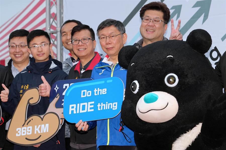 柯文哲(右三)28日參加「一日北高」自行車挑戰活動時受訪表示,現在執政的縣市以藍營居多,統計上碰到藍的機會一定比較大,外界不用想太多,也沒那麼嚴重。(黃世麒攝)
