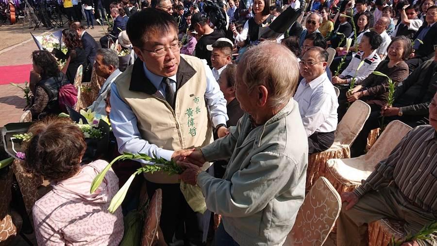 台南市長黃偉哲(米白色背心者)向二二八受難者家屬獻花致意。(程炳璋攝)