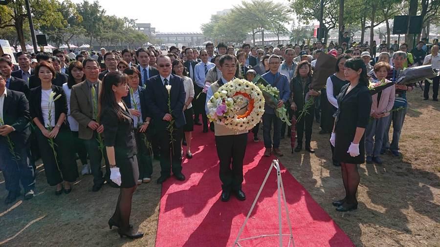 台南市長黃偉哲(米白色背心者)帶著二二八事件家屬向二二八紀念碑致意。(程炳璋攝)