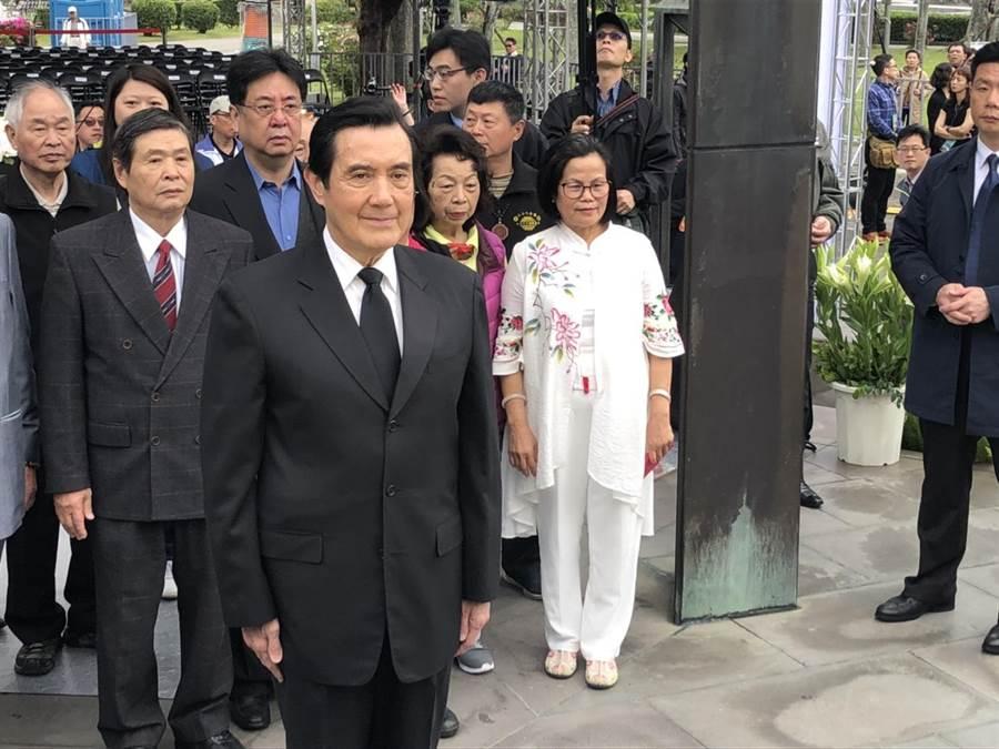 前總統馬英九向二二八紀念碑鞠躬致意。(楊佳穎攝)