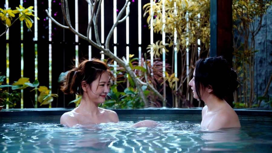 安心亞(左)與吳品潔在《你有念大學嗎?》劇中有女女泡湯唯美畫面。(三立)