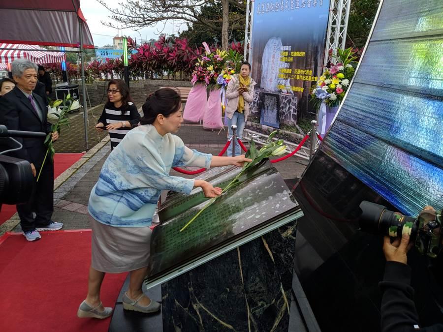 縣長徐榛蔚在和平紀念碑前獻上象徵祝福的百合花。(許家寧攝)