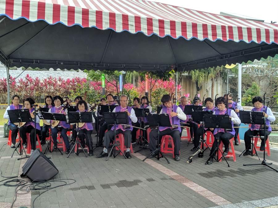 花蓮縣228關懷協會在和平廣場舉行「追思音樂會」。(許家寧攝)