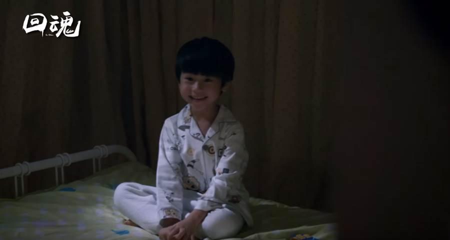 ↑男主角的兒子在他死後,仍在家中看見父親身影(《回魂》劇照/翻攝YOUTUBE)