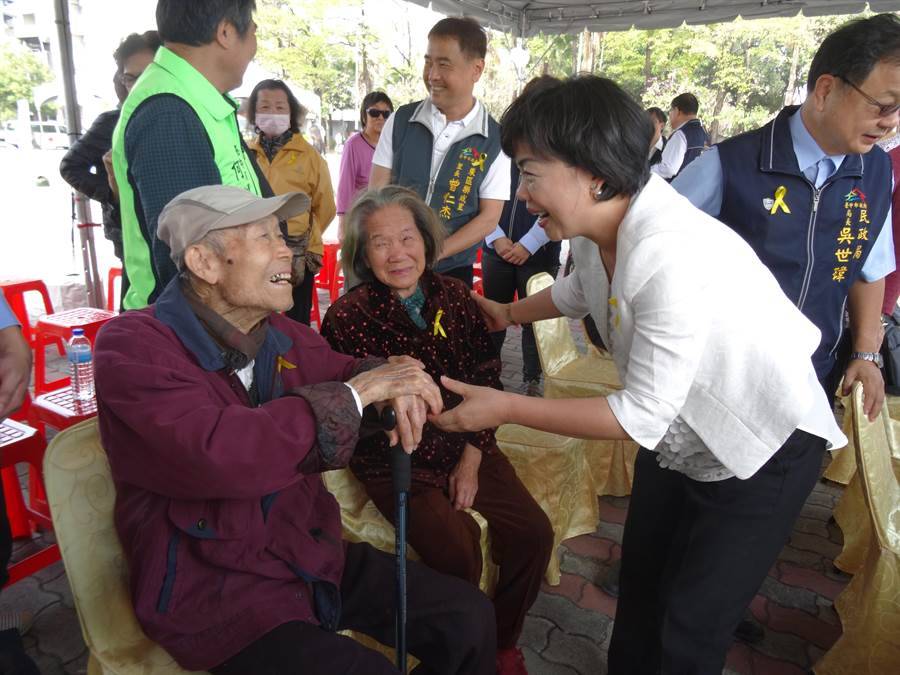 台中市政府在東區東峰二二八紀念公園舉辦「二二八和平紀念追思會」,副市長楊瓊櫻也問候高齡93歲的二二八受難代表李舜治。(馮惠宜攝)