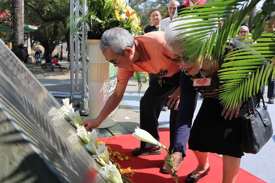 屏縣府28日在屏東公園舉辦228和平紀念音樂會,縣長潘孟安與罹難者家屬一同向紀念碑獻花象徵走出悲情、展現團結與融合。(謝佳潾攝)